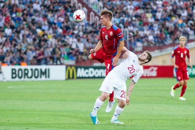 Libor Holík hlavičkuje v utkání s Gruzií.