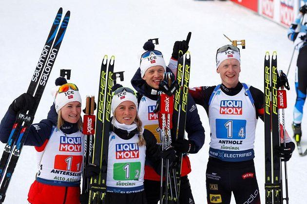 Norští vítězové závodu smíšených štafet: zleva Marte Olsbu Röiselandová, Tiril Eckhoffová, Tarjei Bö a Johannes Thingnes Bö.