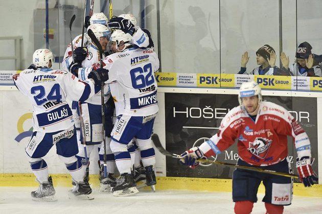 Hráči Brna se radují z gólu. Vpravo je Petr Hubáček z Pardubic