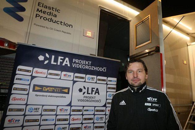 Videorozhodčí Roman Hrubeš před zápasem Sparty s Mladou Boleslaví. V pozadí jeho království, přenosový vůz.