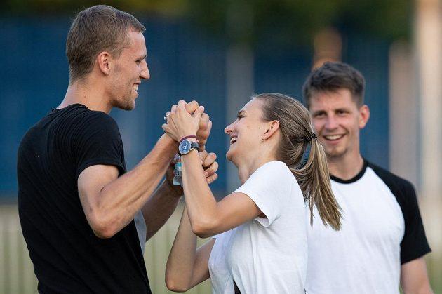 Tomáš Souček s partnerkou během přípravného utkání v rámci letní přípravy