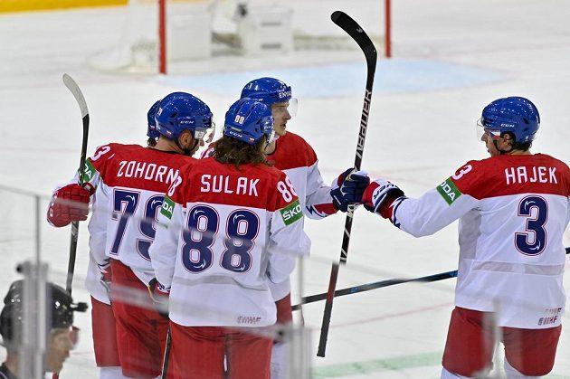 Čeští hokejisté oslavují vyrovnávací gól proti Rusku.