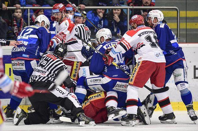 Strkanice mezi hokejisty Hradce Králové a Komety Brno ve čtvrtfinále play off.