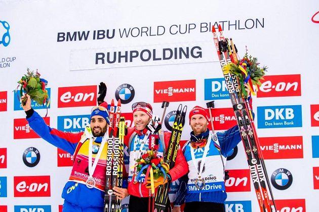 Stupně vítězů po stíhacím závodě v německém Ruhpoldingu, ve kterém český biatlonista Michal Šlesingr (vpravo) obsadil třetí místo.