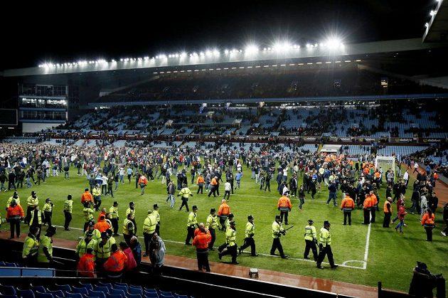 Vniknout na fotbalový trávník je v Anglii považováno za trestný čin, přesto fanoušci Aston Villy po výhře nad rivalem neváhali a na hřiště vběhli.