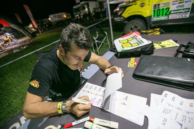 Navigátor Martina Macíka František Tomášek při přípravě další etapy Rallye Dakar.