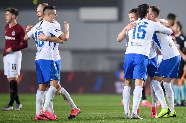 Výhra je doma. Fotbalisté Slovanu Liberec (zleva): Jan Mikula, Jakub Pešek, Tomáš Malinský, Achmed Alibekov a Matěj Hybš oslavují vítězství 2:0 na půdě Sparty.