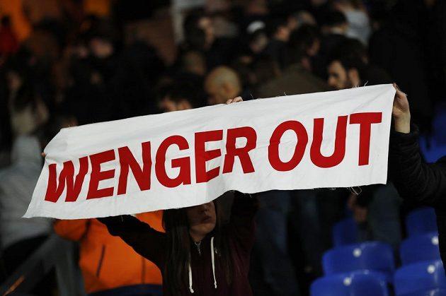 Fanoušek Arsenalu požadující odchod trenéra Arséna Wengera.