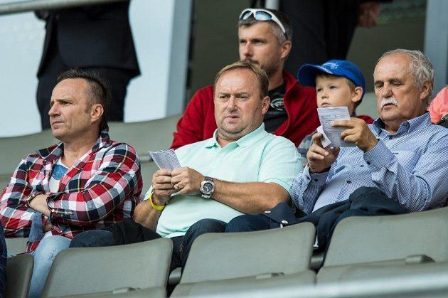 Trenér Karel Krejčí (vlevo) a funkcionáři Příbrami Roman Rogoz (uprostřed) a Josef Zvonič během utkání 4. kola ePojištění.cz ligy proti Slavii.
