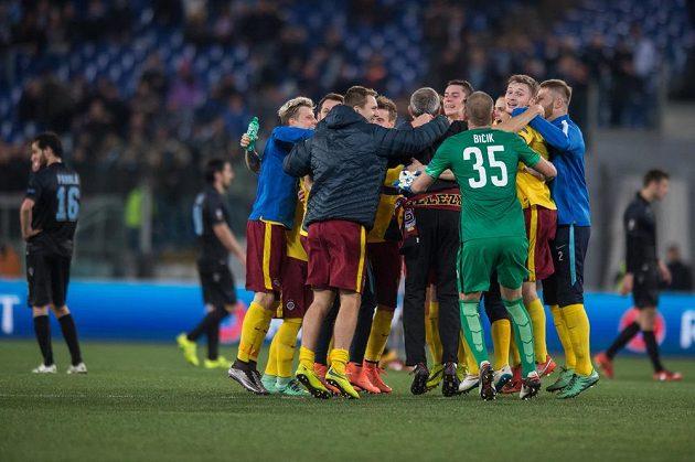 Fotbalisté Sparty Praha oslavují vítězství 3:0 a postup do čtvrtfinále Evropské ligy, zatímco hráči Lazia (v pozadí) jen bezmocně koukají na hrací plochu.