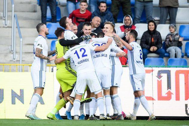 Fotbalisté Mladé Boleslavi oslavují vítězný gól Nikolaje Komličenka z penalty proti Plzni.