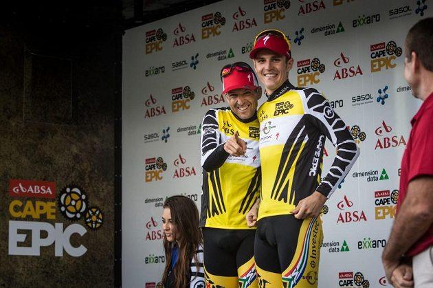 Jaroslav Kulhavý (vpravo) a Christoph Sauser z týmu Songo Specialized ve žlutých dresech pro lídry Cape Epic 2015.