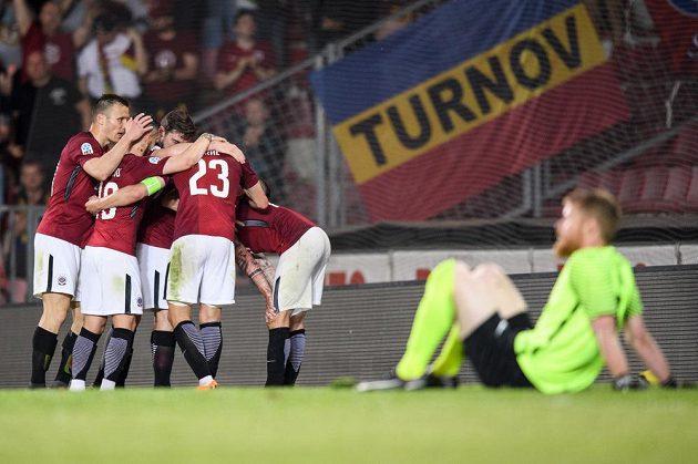 Fotbalisté Sparty Praha oslavují gól na 2:0 během utkání s FK Jablonec.