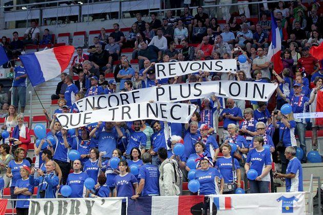 """Francouzští fanoušci během čtvrtfinále Davisova poháru. Na transparentu je napsáno: """"Sníme... Že se dostaneme dál než do Třince."""""""