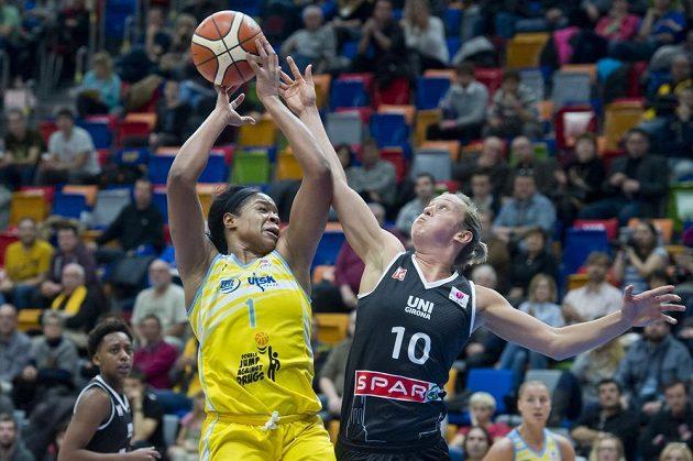 Basketbalistka USK Praha Kia Vaughnová (vlevo) a Adrijana Kneževičová z Girony v zápase Evropské ligy.