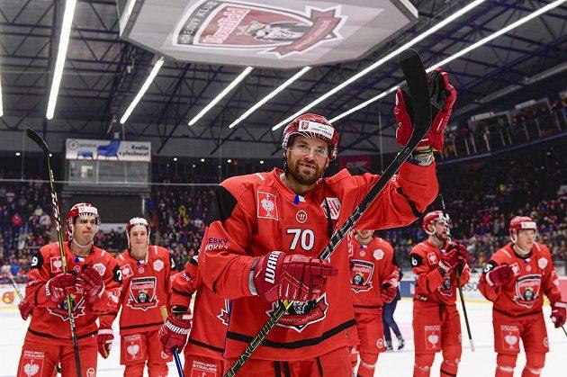 Radek Smoleňák (vpředu) z Hradce Králové oslavuje se spoluhráči výhru a postup do finále Ligy mistrů.