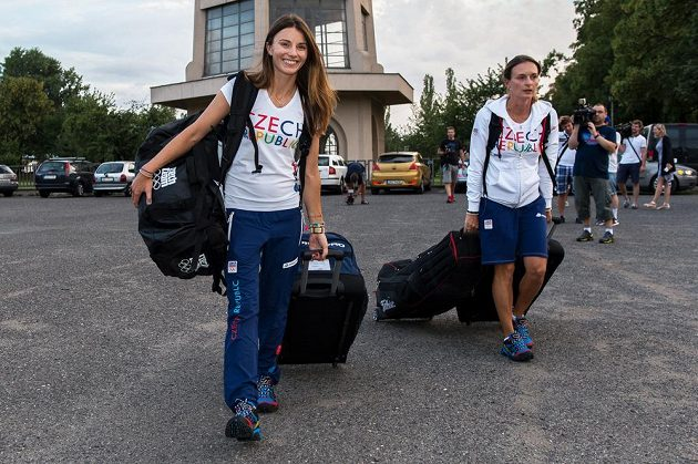 Golfistka Klára Spilková (vlevo) během odletu do Ria.