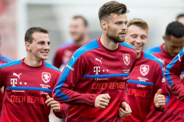 Ondřej Čelůstka (vpředu) během tréninku fotbalové reprezentace.