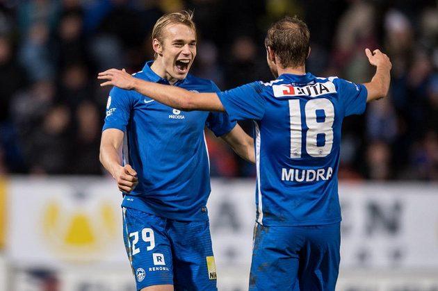 Fotbalisté Slovanu Liberec Lukáš Pokorný (vlevo) a Jan Mudra oslavují vítězství nad Spartou.