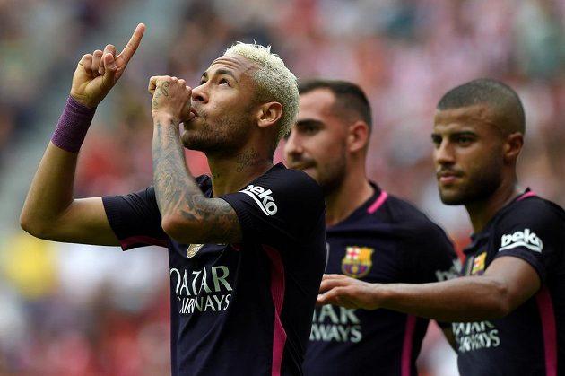 Barcelonská hvězda Neymar (vlevo) se raduje se spoluhráči z gólu proti Gijónu.