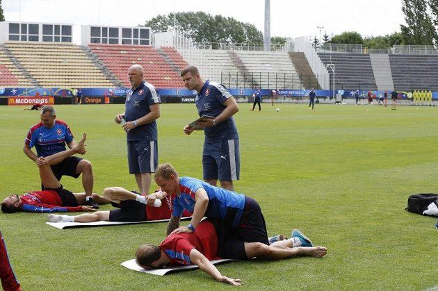 Petr Krejčí mladší (stojící vpravo) vyplňuje formulář o intenzitě tréninku při mistrovství Evropy ve Francii.
