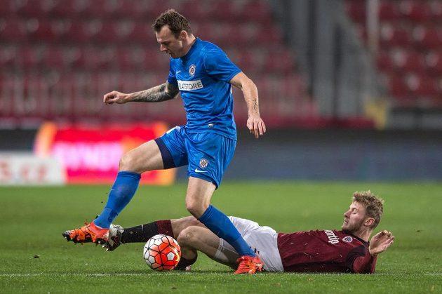 Sparťanský obránce Jakub Brabec se snaží vypíchnout míč brněnskému útočníkovi Jakubu Řezníčkovi (vlevo) v dohrávce 15. kola Synot ligy.