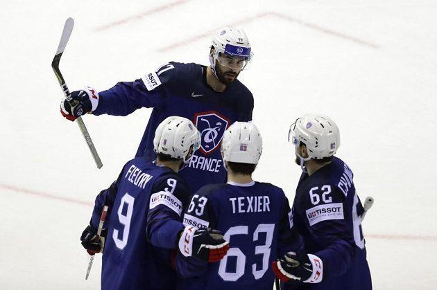 Francouzský hokejista Alexandre Texier slaví se spoluhráči vstřelený gól na mistrovství světa.
