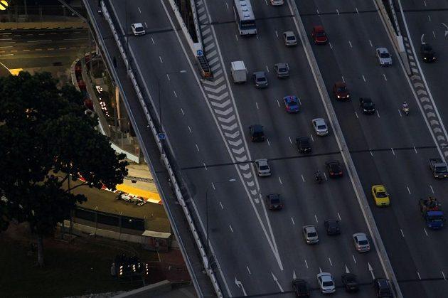 Najdete Schumiho? Právě vjíždí pod most... Foceno v Singapuru z obřího ruského kola.