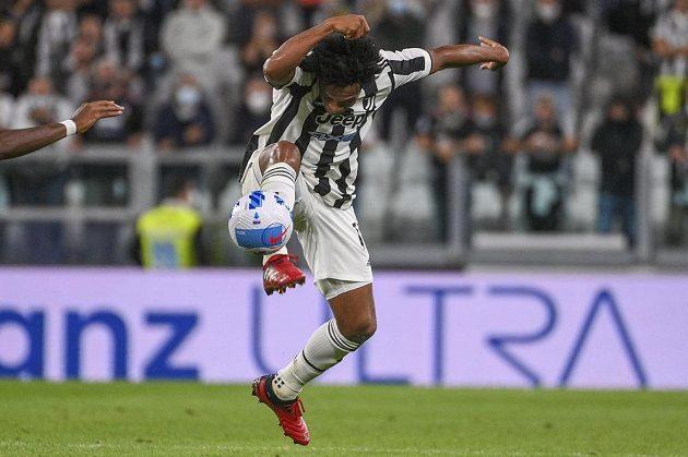 Fotbalista Juventusu Juan Cuadrado v akci během utkání.