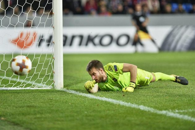Brankář Lugana David da Costa dostává třetí gól.