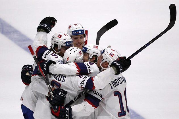 Norský hokejista Jonas Holos slaví se spoluhráči poté, co se gólově prosadil na mistrovství světa v duelu s Ruskem.