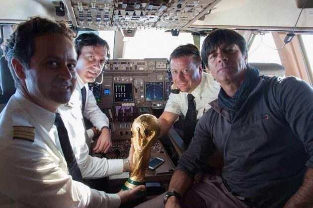 S trofejí pro mistry světa se při odletu z Ria de Janeiro pomazlili i piloti leteckého speciálu, který přepravil německé šampióny a kouče Joachima Löwa (vpravo) zpět do vlasti.