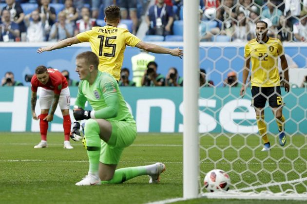 Belgičan Thomas Meunier slaví gól proti Anglii. Na kolenou překonaný gólman Albionu Jordan Pickford.