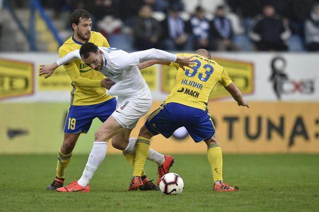 Libor Kozák z Liberce mezi zlínskými hráči Pablem Podiem (vlevo) a Markem Hlinkou během utkání nejvyšší soutěže.