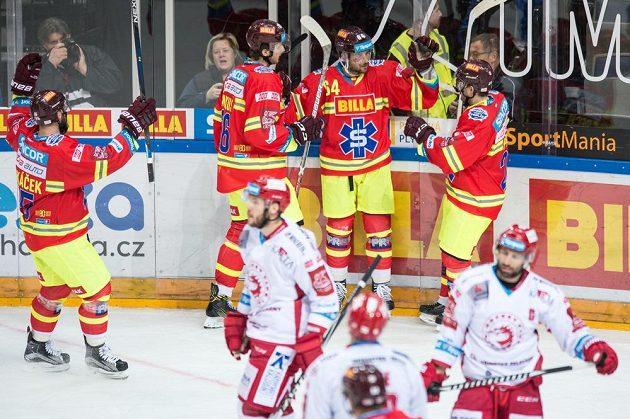 Hokejisté Sparty oslavují gól na 7:3 během utkání s Třincem.