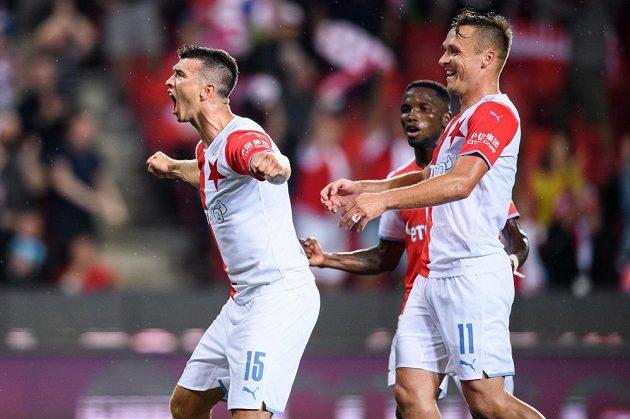 Fotbalisté Slavie Praha Ondřej Kúdela, Ubong Moses Ekpai a Stanislav Tecl oslavují gól na 4:0 z penalty během utkání Fortuna ligy.