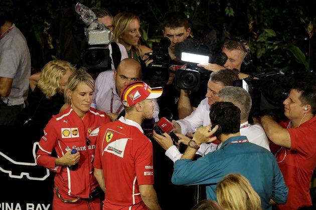 Závod F1 v Singapuru byl v plném proudu, Sebastian Vettel už odpovídal na otázky novinářům, protože měl hned po startu bouračku.