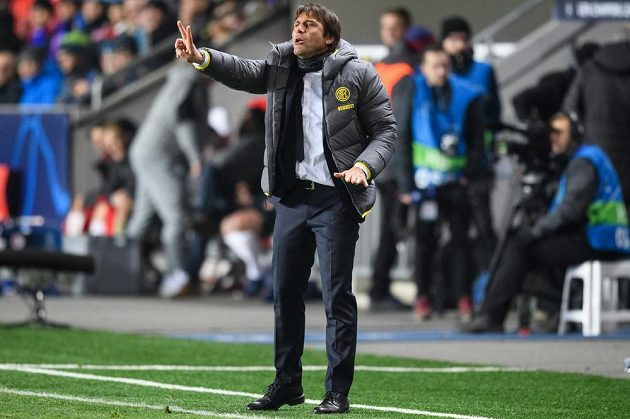Trenér Interu Milán Antonio Conte udílí pokyny během utkání základní skupiny Ligy mistrů na Slavii.