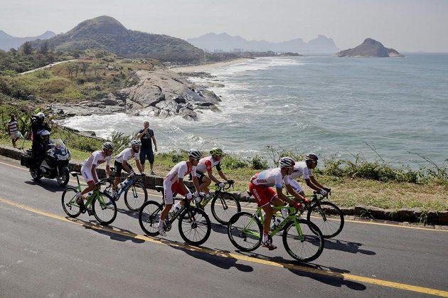 Šestice cyklistů v úniku během olympijského závodu v Rio de Janeiro.
