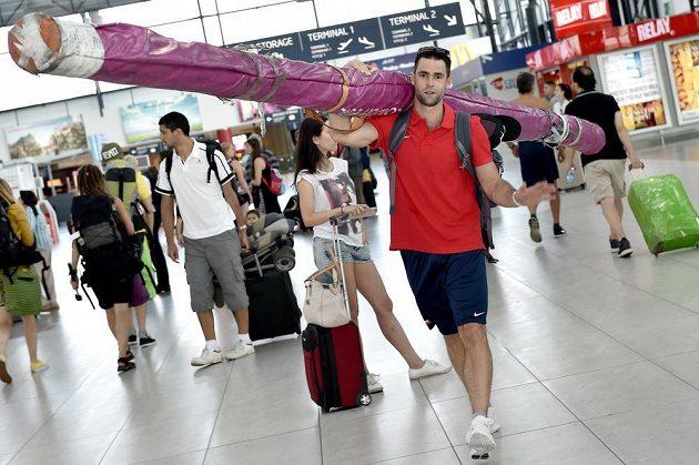 Tyčkař Jan Kudlička na letišti Václava Havla před odletem na atletické mistrovství světa do čínského Pekingu.