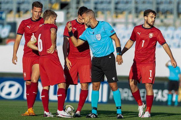 Bulharský rozhodčí Ivajlo Stojanov v rozhovoru s českými hráči.