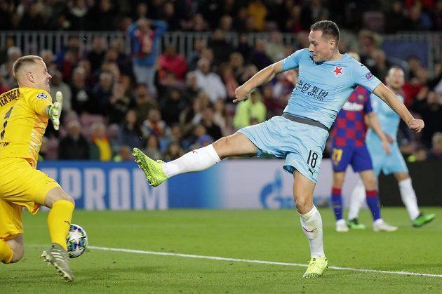 Jan Bořil překonal v závěru první půle z bezprostřední blízkosti brankáře Barcelony Marca-Andrého ter Stegena, ale gól pro ofsajd slávistického střelce neplatil.