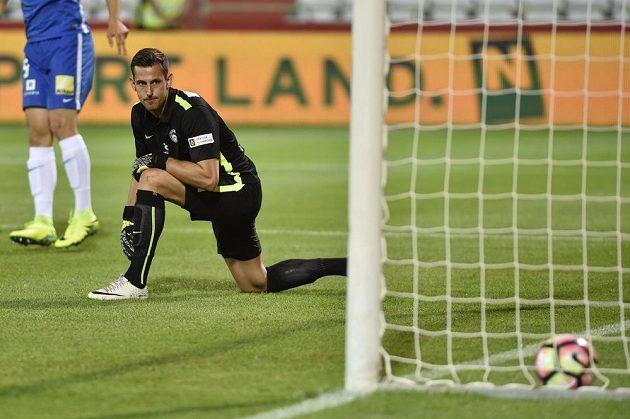 Brankář Liberce Martin Dúbravka po inkasovaném gólu na hřišti Admiry.