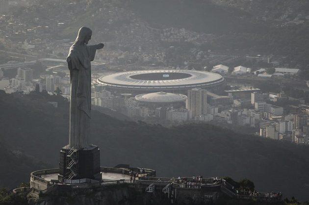 Pohled na Rio de Janeiro se sochou Ježíše Krista v popředí a fotbalovým stadiónem Maracana v dáli.