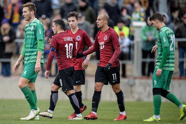 Fotbalisté Sparty Tal Ben Chaim (vravo) a Nicolae Stanciu oslavují gól na 2:0 během přípravného utkání s Vltavínem.