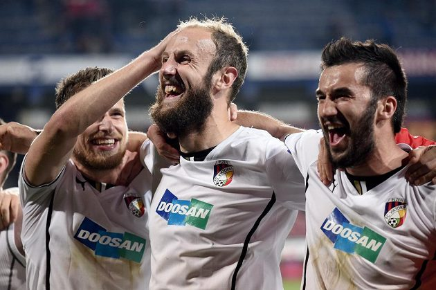 Fotbalisté Viktorie Plzeň (zleva) Jan Kovařík, Roman Hubník a Aidin Mahmutovič oslavují vítězství 2:0 na Spartě.