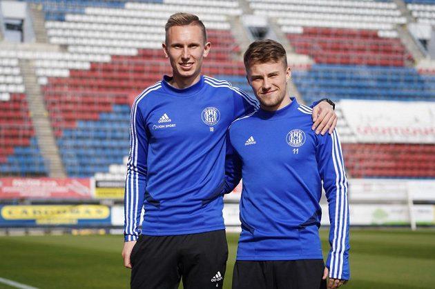 Radek Látal (vlevo) a Ondřej Hapal pózují na Andrově stadionu v Olomouci.