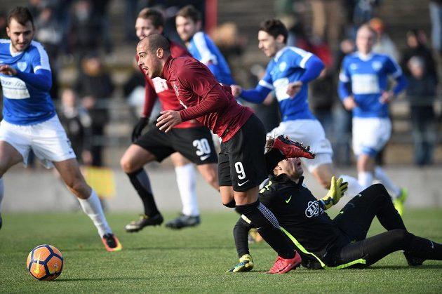 Tal Ben Chaim (vpředu) vstřelil první gól Sparty v přípravě proti Táborsku.