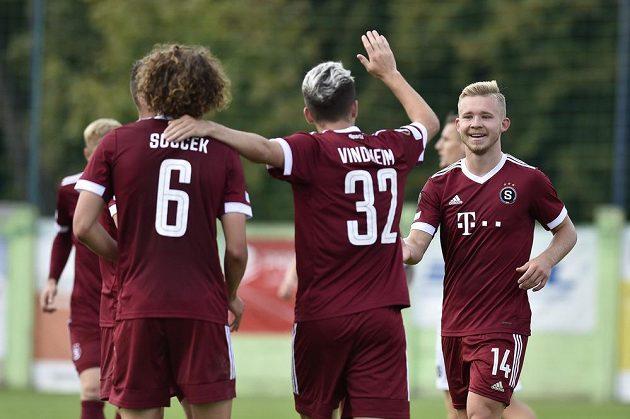 Hráči Sparty se radují z gólu v Líšni, vpravo jeho autor Václav Drchal.