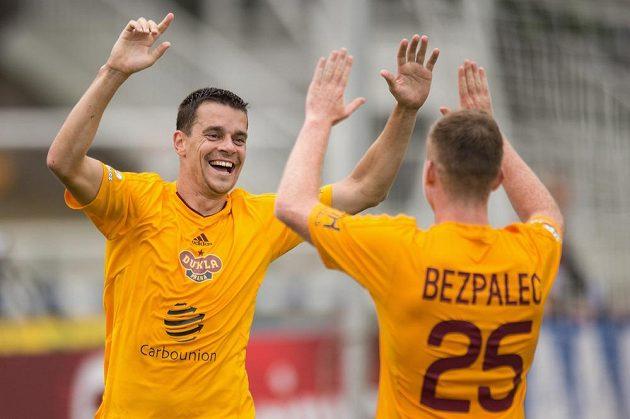 Ondřej Kušnír oslavuje svůj gól proti Bohemians se spoluhráčem Michalem Bezpalcem.